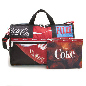 [LeSportsac×CocaCola]ボストンバッグ LARGE WEEKENDER | 誰もが知るアイコニックなブランド「コカ・コーラ」との限定コラボレーションアイテム!